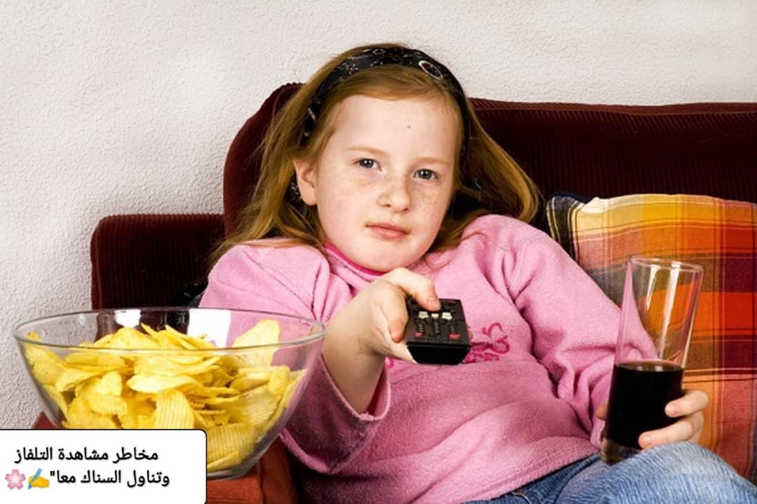 مخاطر مشاهدة التلفاز وتناول السناك معاً